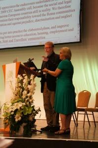 Karsten Fledelius præsenterer rapporten om offentlige anliggender.