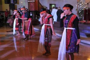 En Batak gruppe opfører en traditionel dans, som symboliserer skriftemålet. Foto: LWF/M. Renaux